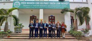 Giám Đốc: Nguyễn Văn Toanh đã tặng Dr.Liver cho các nhà khoa học